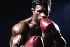 Junger Mann, der mit Boxhandschuhen aggressiv schaut Kaukasischer Mann Lizenzfreies Stockbild