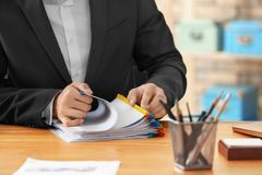 Junger Mann, der mit Dokumenten arbeitet stockfoto