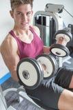 Junger Mann, der mit Gewichten aufwirft Lizenzfreies Stockbild