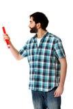 Junger Mann, der mit großem rotem Bleistift zeigt Lizenzfreies Stockfoto