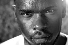 Junger Mann, der mit intensivem Blick des Gesichtes schwitzt Lizenzfreie Stockfotografie