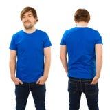 Junger Mann, der mit leerem blauem Hemd aufwirft Stockbilder