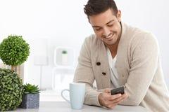 Junger Mann, der Mobiltelefon verwendet lizenzfreie stockbilder