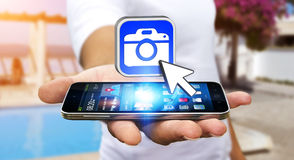Junger Mann, der moderne Kameraanwendung verwendet Lizenzfreies Stockbild