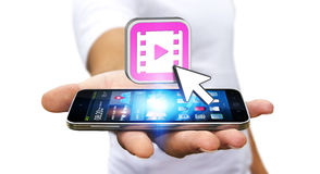 Junger Mann, der modernen Handy verwendet, um Video aufzupassen Stockfotografie