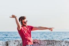 Junger Mann, der Musik auf Kopfhörern hört Lizenzfreie Stockfotos