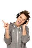 Junger Mann, der Musik genießt Stockbild
