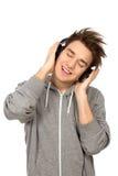 Junger Mann, der Musik genießt lizenzfreies stockbild