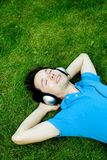 Junger Mann, der Musik genießt Lizenzfreie Stockfotos
