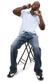 Junger Mann, der Musik hört stockfotos