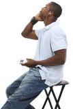 Junger Mann, der Musik hört lizenzfreies stockfoto