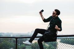 Junger Mann, der Musik hört Lizenzfreie Stockbilder
