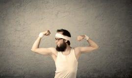Junger Mann, der Muskeln zeigt Lizenzfreie Stockbilder