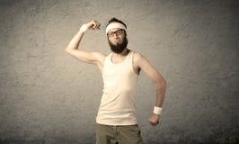 Junger Mann, der Muskeln zeigt Lizenzfreies Stockfoto