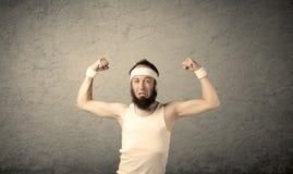 Junger Mann, der Muskeln zeigt Lizenzfreie Stockfotos