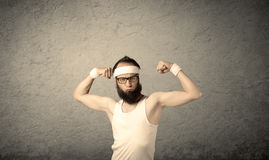 Junger Mann, der Muskeln zeigt Stockfoto