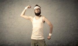 Junger Mann, der Muskeln zeigt Lizenzfreies Stockbild
