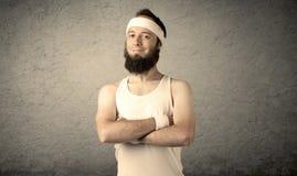 Junger Mann, der Muskeln zeigt Stockfotografie