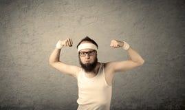 Junger Mann, der Muskeln zeigt Stockbilder
