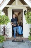 Junger Mann, der nach Hause verlässt Lizenzfreie Stockbilder