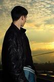 Junger Mann, der nach vorn schaut Stockfotografie