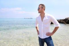 Junger Mann, der nahe bei dem Meer steht Stockfotografie