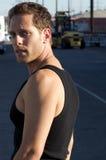 Junger Mann, der nahe bei Serienspuren knit lizenzfreies stockbild