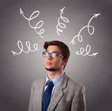 Junger Mann, der oben mit Pfeilen denkt Lizenzfreie Stockbilder