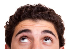 Junger Mann, der oben schaut Stockbilder