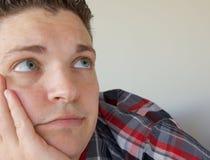 Junger Mann, der oben schaut Lizenzfreie Stockfotos