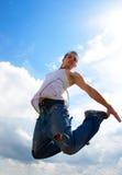 Junger Mann, der oben springt Stockfotografie