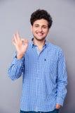 Junger Mann, der okayzeichen zeigt Stockfoto