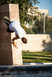 Junger Mann, der parkour in der Stadt durchführt Stockbilder