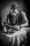 Junger Mann in der Piraten-Mode-Ausstattung, die Gold betrachtet lizenzfreie stockfotos