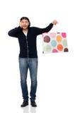 Junger Mann, der Plastiktaschen lokalisiert auf Weiß hält Stockfotos