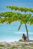 Junger Mann, der rasta-/rastafarianhut auf Strand trägt lizenzfreie stockbilder