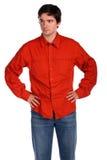 Junger Mann in der roten Hemdaufstellung Stockbilder