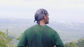 Junger Mann, der schöne Landschaft vom hohen Berg beim Wandern genießt Aufpassende überraschende Landschaft des hinteren Mannes d stock video footage