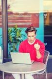 Junger Mann, der schwer in New York arbeitet Stockfotos