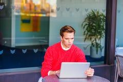 Junger Mann, der schwer in New York arbeitet Lizenzfreies Stockfoto