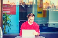 Junger Mann, der schwer in New York arbeitet Lizenzfreies Stockbild