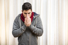 Junger Mann, der sehr kalte, tragende schwere Strickjacke glaubt Lizenzfreie Stockbilder