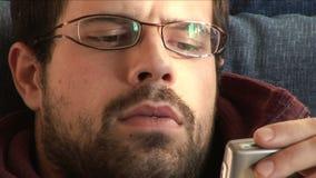 Junger Mann, der sein Telefon verwendet stock video footage