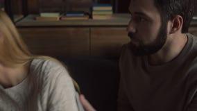 Junger Mann, der seine Freundin stört stock video