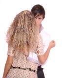 Junger Mann, der seine Freundin umfaßt Stockbilder
