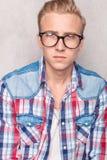 Junger Mann, der seine Hände in den Taschen hält Lizenzfreies Stockfoto