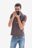 Junger Mann, der seine Kamera auf die Kamera zeigt Lizenzfreie Stockbilder