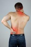 Junger Mann, der seine Rückseite und Hals für die Schmerz berührt Stockbild