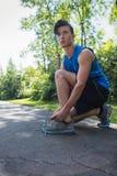 Junger Mann, der seine Sport-Spitze bindet Lizenzfreies Stockfoto