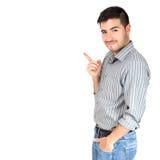 Junger Mann, der seinen Finger auf dem Kopienraum auf weißen Hintergrund zeigt Stockfotografie